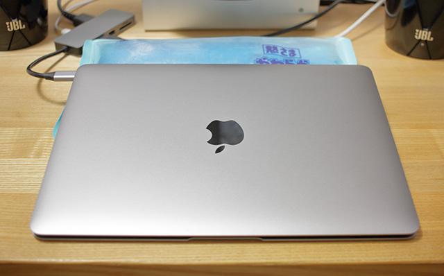 常温のアイス枕で冷却しながら使用しているMacBook