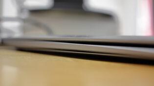蓋が閉まらないMacBook。バッテリーが膨張してしまい、裏のカバーが浮いてしまっている。