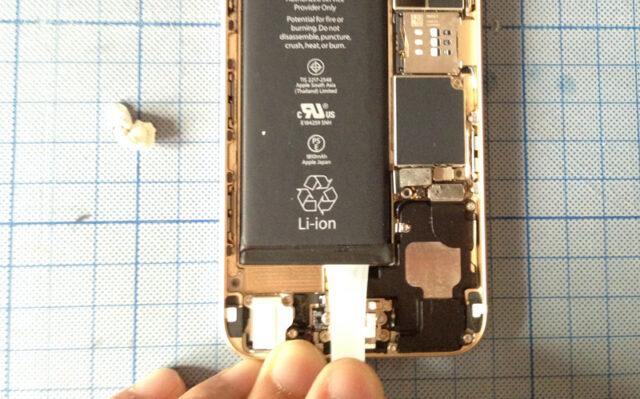 バッテリー固定テープを外されているiPhone 6