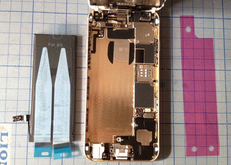 交換用バッテリーを装着されるのを待つiPhone 6