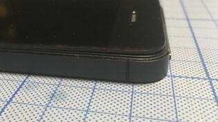 バッテリーの膨張によって上部が開いてしまったiPhone 5