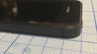 バッテリーを交換して見た目はほぼ元どおりになったiPhone 5