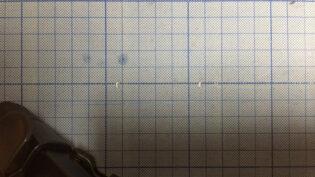 スマホ用広角レンズを装着してカッターマットを撮影